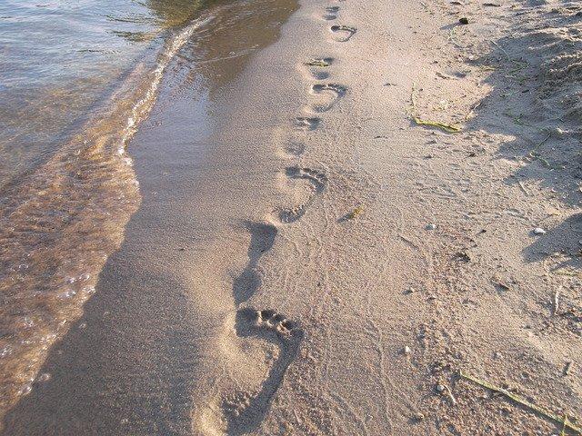 tarces de pieds sur le sable